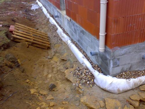 Infiltrations eaux de pluie 11 messages - Faire un drain autour d une maison ...